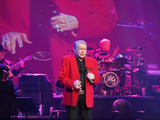Mickey Gilley Theatre: He's still got it!