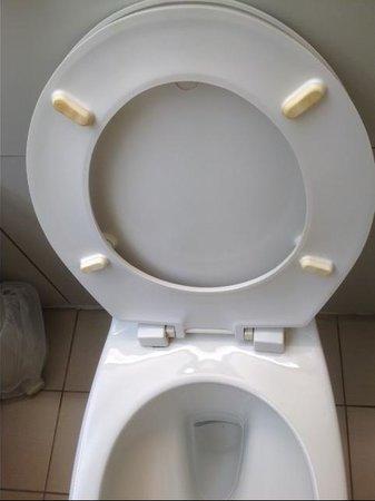 Holiday Inn Ashford - Central: urinverdreckte Toilettenbrille