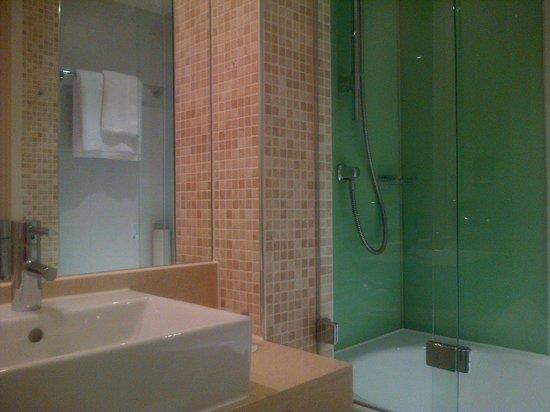 Holiday Inn London - Whitechapel: Very clean bathroom