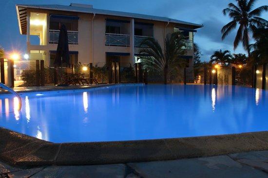 Les Créolines : La piscine de nuit
