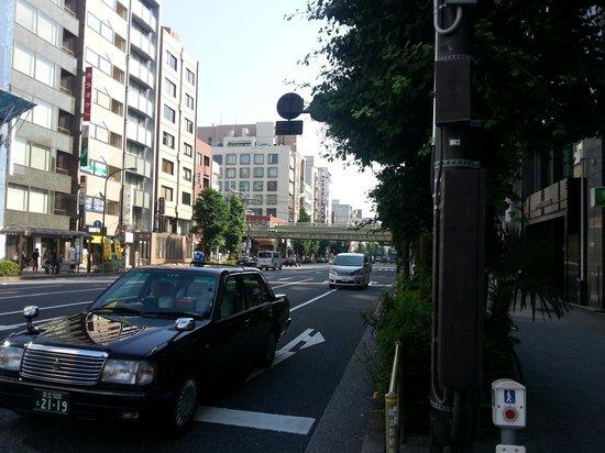 Hotel Yanagibashi: Vista a la estacion desde la esquina del hotel