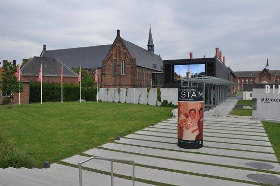 STAM Ghent City Museum : Фасад:история и современность
