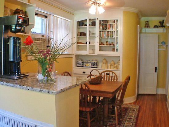Adamstown Inns & Cottages: Breakfast nook with powder room attached