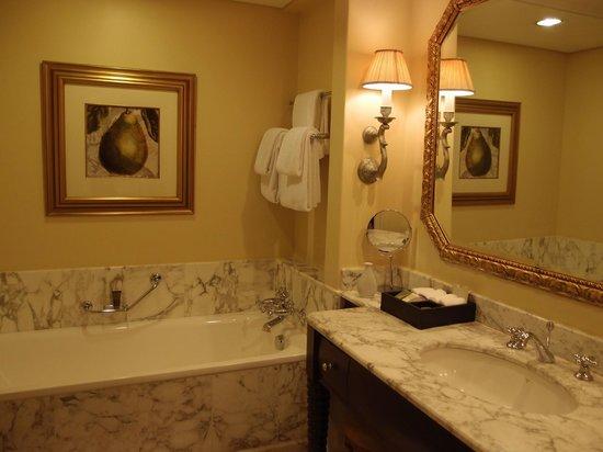 The Table Bay Hotel: Very spacious bathroom.