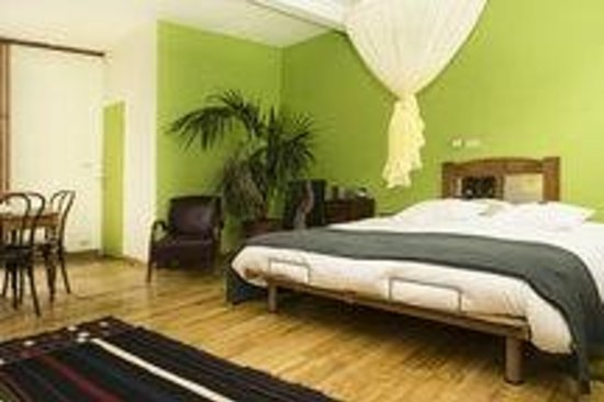 Door and Door Bed & Breakfast: The green room