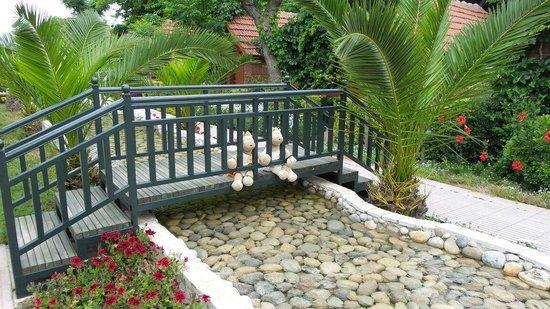 Can Garden Beach Hotel: Maskottchen auf der Brücke