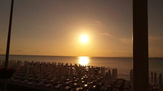 Can Garden Beach Hotel : Traumhafte Sonnenuntergänge zum Abendessen.