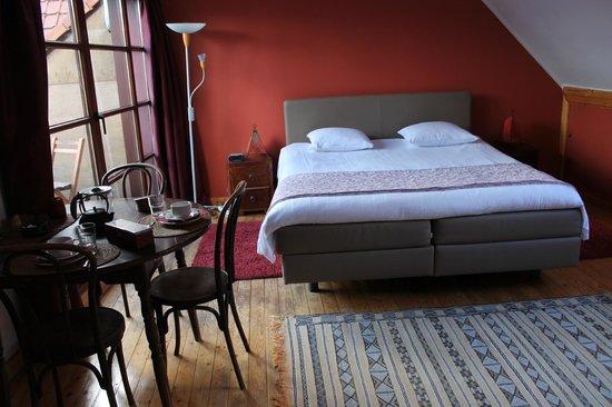 Door and Door Bed & Breakfast : The red room
