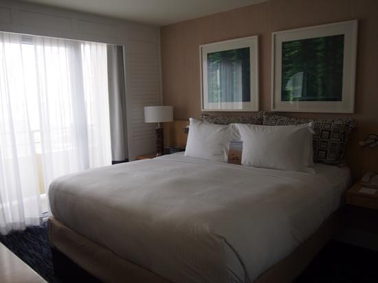 Edgewater Beach Hotel: Room 503 with balcony and seaview.