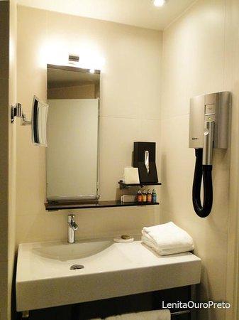 Elysees Mermoz Hotel: Vista parcial do banheiro