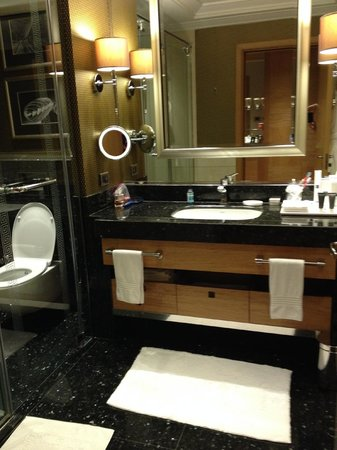 JW Marriott Hotel Ankara: Clean, spacious bathroom with separate toiler, shower and bathtub