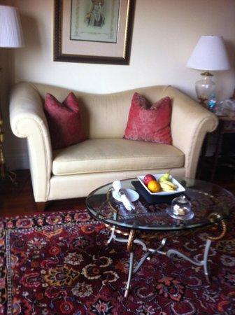 The Leela Palace Bengaluru: room sitting area