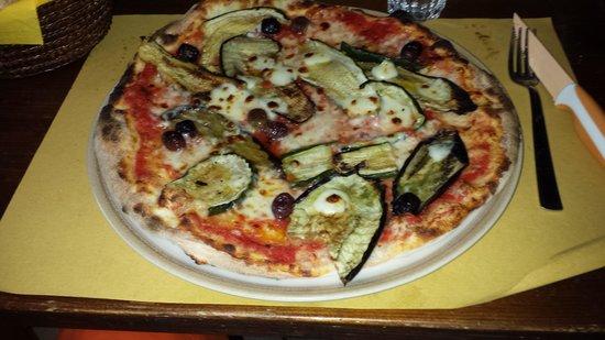 Osteria Delle Pietre: Pizza with veggies
