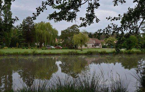 La Grange aux Herbes : Vue de l'étang