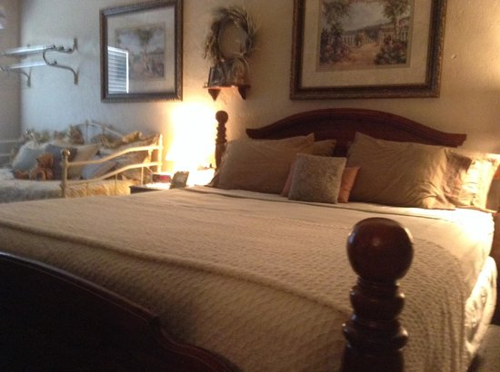 Shamrock Inn: Seaside suite king with day bed