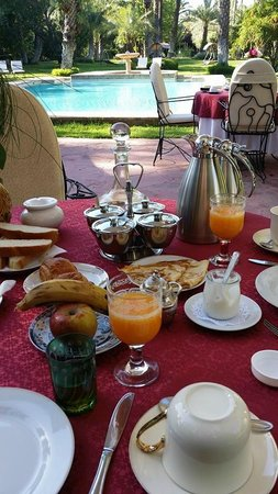 Dar Ayniwen Villa Hotel : Petit déj au bord de la piscine
