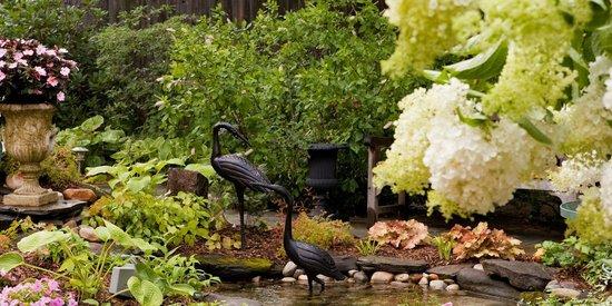 The Village Inn of Woodstock: Beautiful gardens