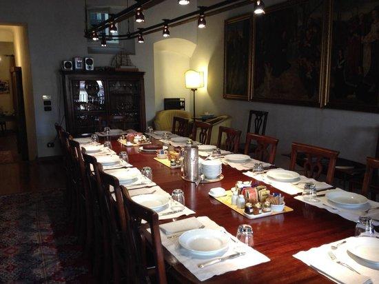 Residenza d'Epoca in Piazza della Signoria: dining room set for breakfast