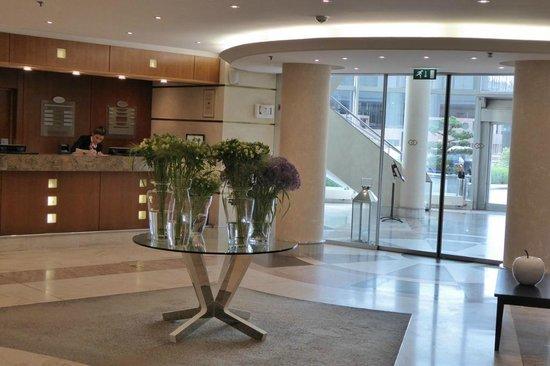 Sofitel Luxembourg Europe: Eingang und Rezeption