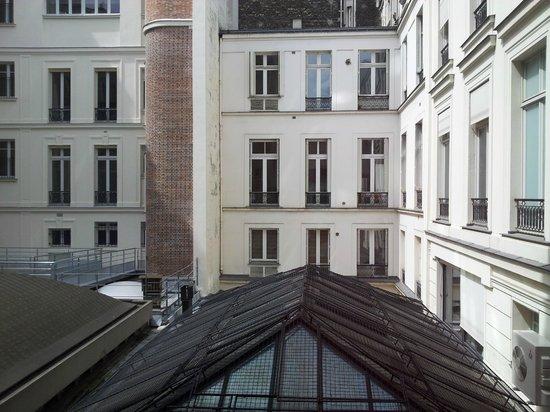 Hôtel Océanic : Вид из окна во внутренний двор