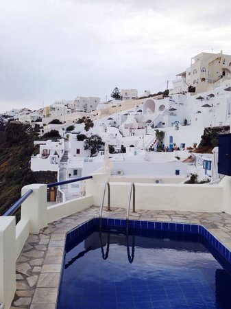 Chic Hotel Santorini: Just below our room. The pool area overlooking the amazing ocean
