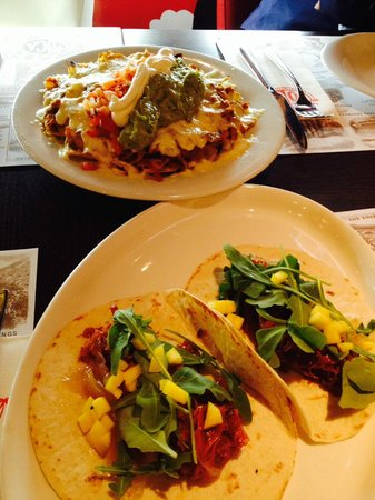 SoCA Restaurant & Bar: Nachos impresionantes y tacho de pato con cebolla caramelizada