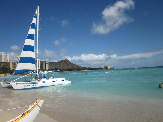 Outrigger Waikiki Beach Resort: View from the beach in front of the hotel