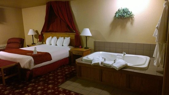 Best Western Plus Bayshore Inn: King suite with jacuzzi tub