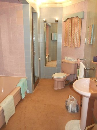 Britannia Prince of Wales - Southport: Penthouse pink bathroom
