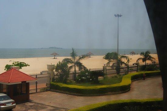 Paradise Isle Beach Resort: Malpe Beach, right outside the resort