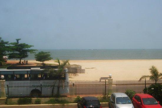 Paradise Isle Beach Resort: beach front