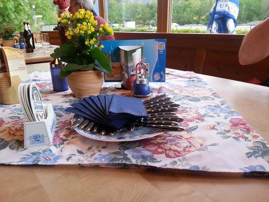 Restaurant Zauberstubn Oberammergau: presentazione tavolo