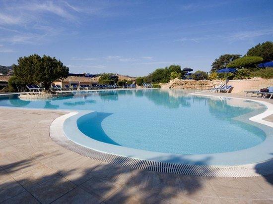 Colonna Country and Sporting Club: la piscina principale di giorno