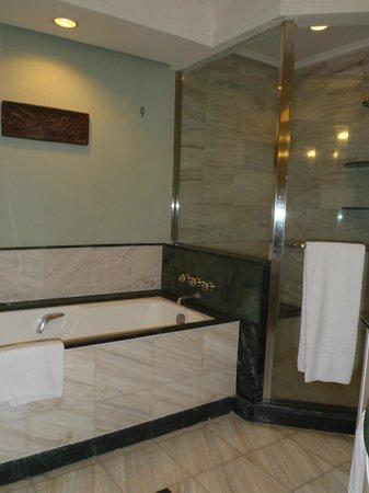 JW Marriott Hotel Surabaya : Bathroom