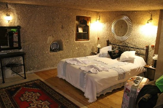Traveller's Cave Hotel: The bed
