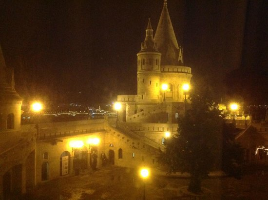 Hilton Budapest: Fisherman's bastion and view to Danube River - night time