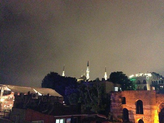 Big Apple Hostel & Hotel: Terrace view at night