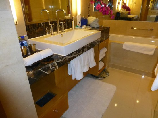 Hilton Beijing: Bathroom
