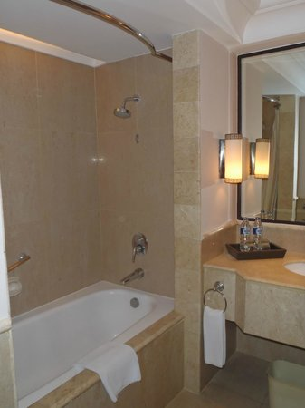 Sheraton Mustika Yogyakarta Resort and Spa: Bathroom