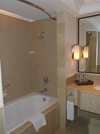 Sheraton Mustika Yogyakarta Resort and Spa : Bathroom
