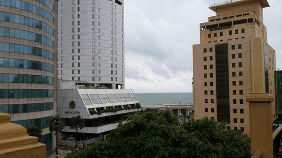 Colombo City Hotel : In front of hotel view