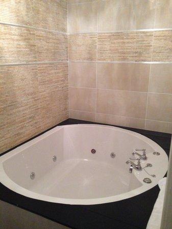 30 James Street, Home of the Titanic: Nice whirlpool bath