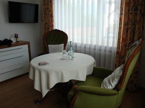 Parkhotel Krone : Tavolo e Tv