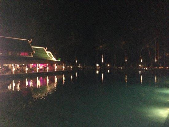 Le Meridien Phuket Beach Resort: pool at night