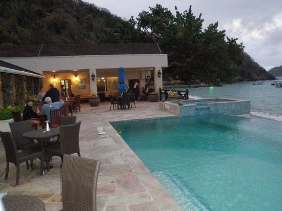 Blue Waters Inn: The poolside