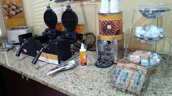 Hampton Inn Conyers: Breakfast Waffle Station