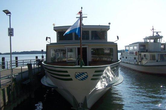 Chiemsee Schifffahrt: Судно у причала острова