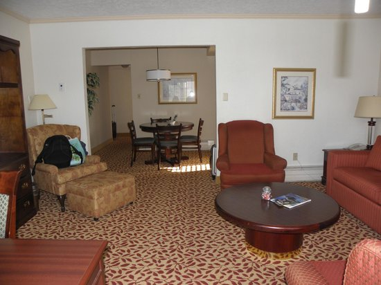 Royal Scot Hotel & Suites: lounge room of 1 bed suite
