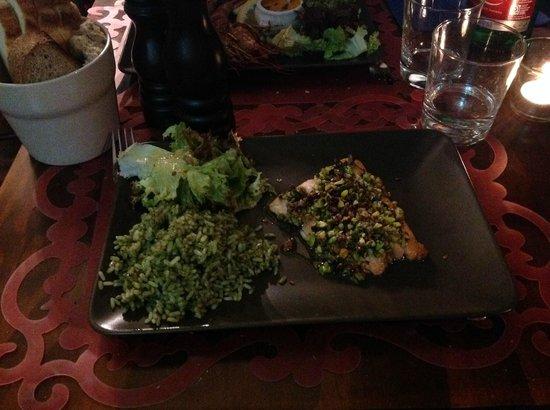 Le Vin de L'assassin Bistrot: filetto di salmone panato al pistacchio + risottino al pesto di basilico