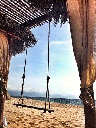 Villa Premiere Boutique Hotel & Romantic Getaway: Camastros y columpios en la playa